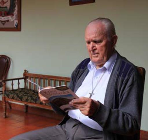 Otec Šutka pri čítaní Krás Slovenska